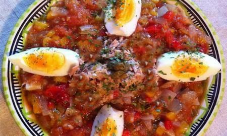 La salade méchouia, spécialité incontournable de Djerba
