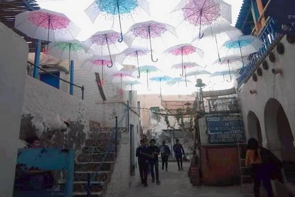 Association AJEM Djerba Parapluies suspendus à Houmt Souk