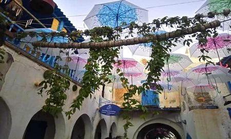 Une rue aux parapluies suspendus